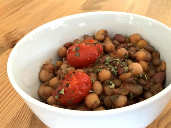 Zuppa di legumi con pomodorini freschi