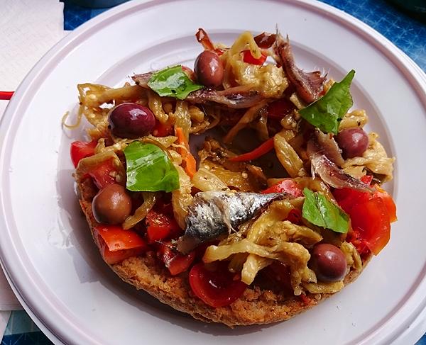 Fresella mit Gemüse und Sardellen